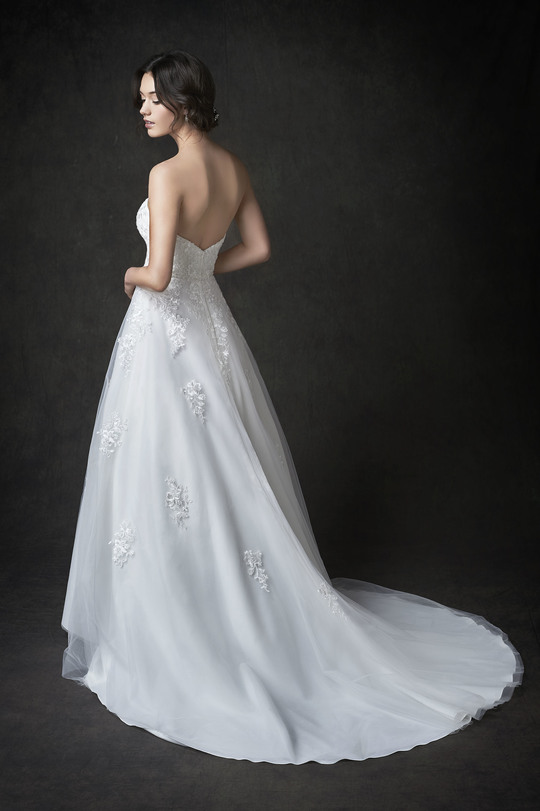 white wedding dress, embroidered tulle top layer, sweet-heart neckline, round tail, ball gown